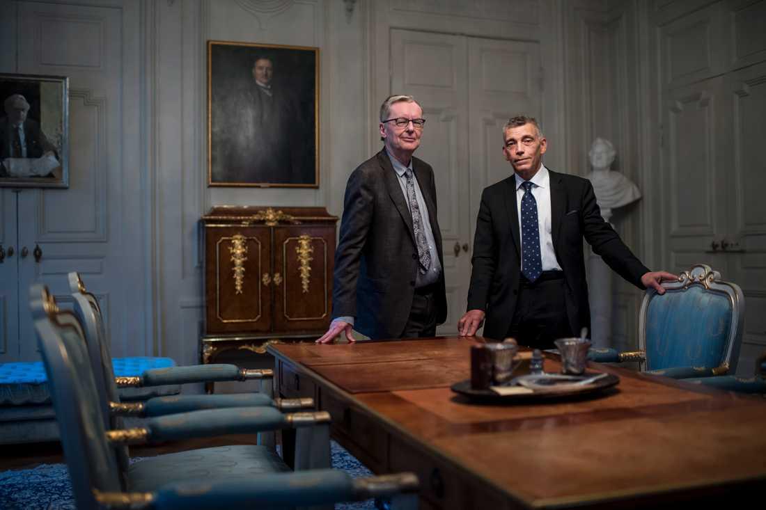 Svenska Akademiens ständige sekreterare Anders Olsson och nyinvalde ledamoten Eric Runesson.