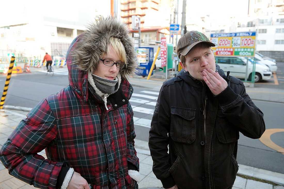 BOR I JAPAN Daniel Sjöholm, 23, och Anton Wiiala, 23, försökte i går i natt fly kaoset i Sendai men tidigt i morse fick de veta att bussen inte skulle komma.