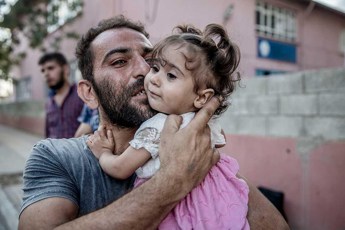 Folk återvänder till syriska staden Jarbalus efter att den turkiska armén och FSA tagit tillbaka staden från Isis.