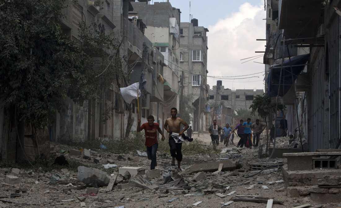 Palestinier försöker fly blodbadet.