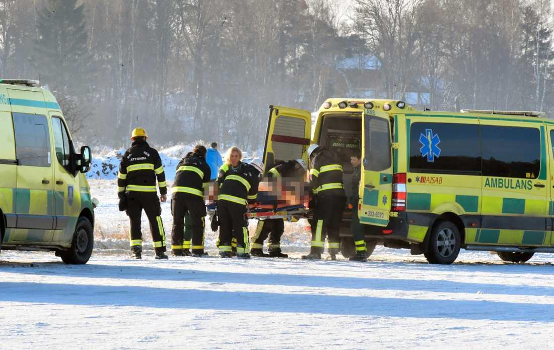 En skärmflygare förs till sjukhus efter att ha kraschlandat