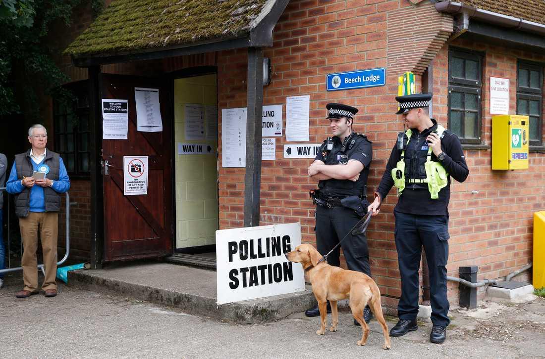 Polis på plats i Maidenhead i samband med att vallokalerna öppnar.