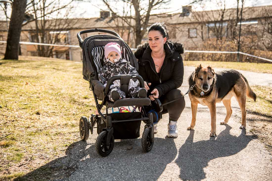 Angela Kinik med dottern Melanie och hunden Deni.
