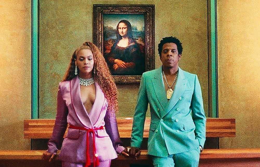 """Beyoncé och Jay-Z i videon till nya låten """"Ape**t"""" som är filmad i Louvren i Paris, med Leonardo da Vincis klassiska """"Mona Lisa"""" i bakgrunden."""
