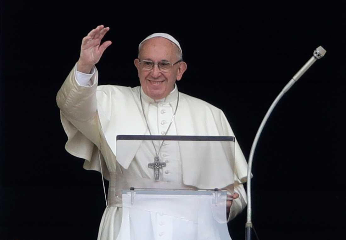 Påve Franciskus välsignar massorna i Vatikanen. Arkivbild.