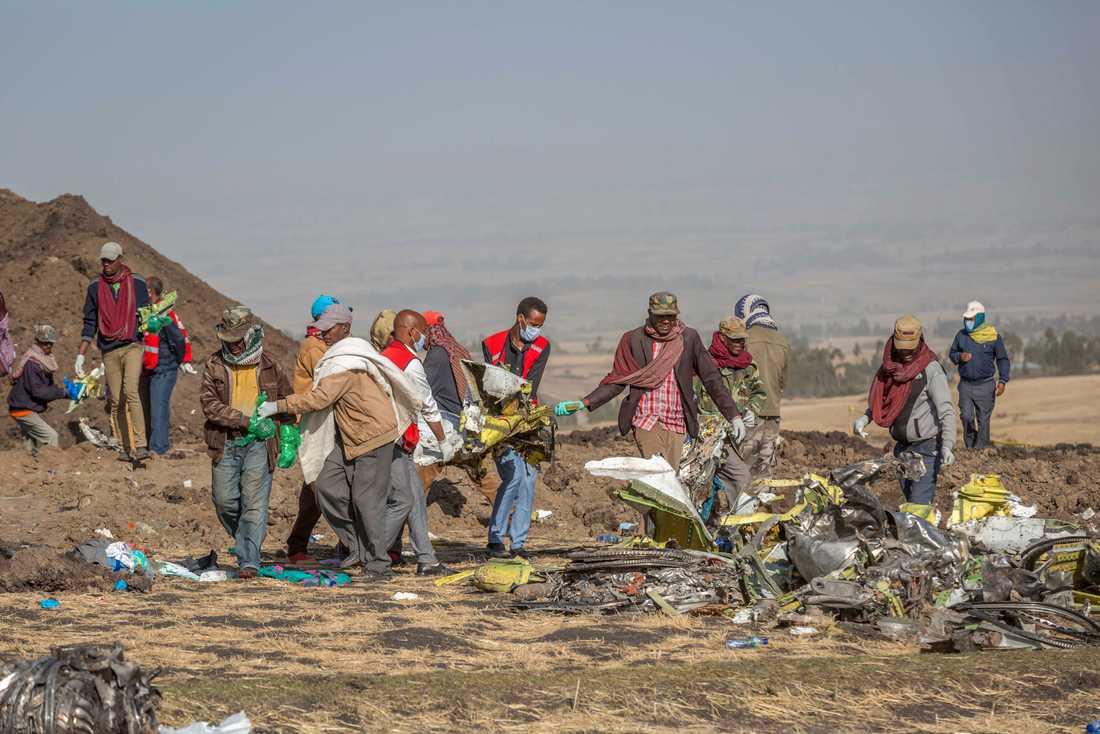Räddningsarbetare vid platsen där ett flygplan från bolaget Ethiopian Airlines kraschade i söndags. Ingen av de 157 ombordvarande överlevde olyckan.