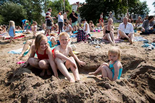 Bara att vänja sig Klimatförändringarna gör sommaren varmare. Staffan Heimerson ligger inte sömnlös över att barnen i Norden får somrar som de kan njuta av. På bilden Sigrid, Teodor och Karolina Sandberg, en varm dag i sommar.