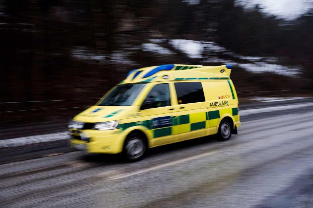 Flera ambulanser larmades ut efter olyckan. Arkivbild.