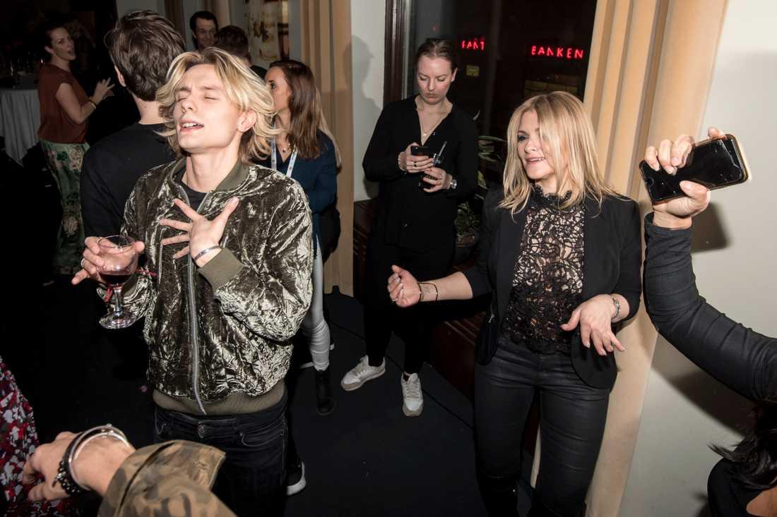 Oscar Enestad tillsammans med flickvännen Cecilia Dahlbom under en av Melodifestivalens efterfester.