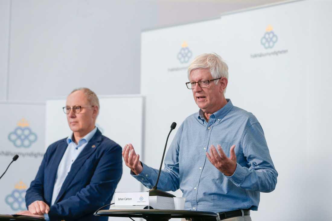 Thomas Lidén, avdelningschef på Socialstyrelsen och Johan Carlson, Folkhälsomyndighetens generaldirektör, på torsdagens myndighetsgemensamma pressträff om coronapandemin.