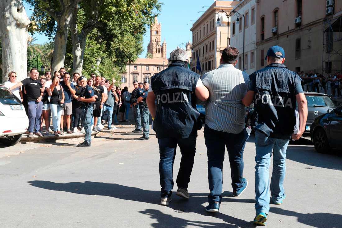 En av de 19 gripna förs till häkte i Palermo i södra Italien. Italiensk polis och amerikanska FBI har i en samordnad razzia slagit till mot sicilianska maffian Cosa nostra.