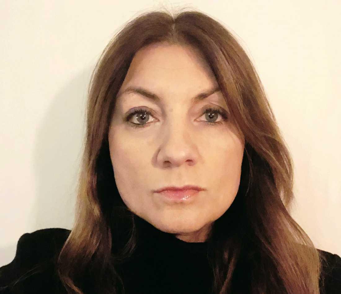 Iréne Lindblad såg sjuksköterskor på Södersjukhuset som tog blodprov sittandes på knä i brist på stolar.