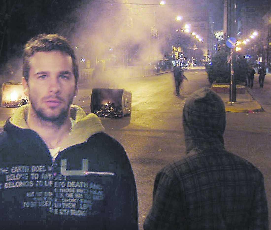 """slagfält Oliver Bordowski bor cirka 300 meter från universitetet i Aten där polisen nu försökt att stänga inne demonstranterna. """"Här är som ett slagfält, plundrat, bränt och övergivet"""", säger han."""
