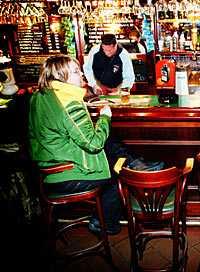 """på puben """"Som tjej känns det som att man allrid får uppmärksamhet, både av män och kvinnor. Kvinnor tittar till för att mäta och bedöma. Män tittar nyfiket. Nu kan jag liksom sjunka in i tapeten."""" Med en öl i näven väger Belinda för- och nackdelar med att vara man."""