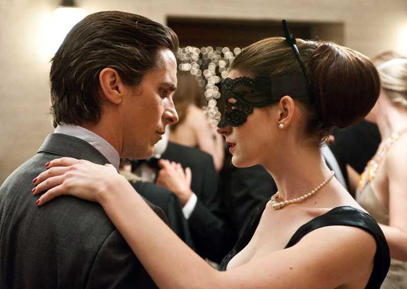 Bruce Wayne (Christian Bale) och Selina Kyle (Anne Hathaway).