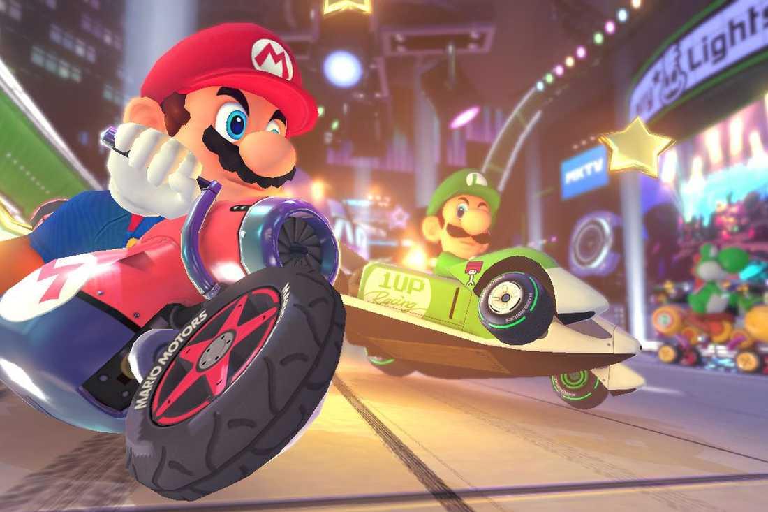 Pappa är rätt duktig på Mario Kart. Trots min vänligt menade konstruktiva kritik vägrar han dock lära sig att sladda i kurvorna. Och vi kör aldrig med en motorvolym på över 50 CC, för då blir han yr.