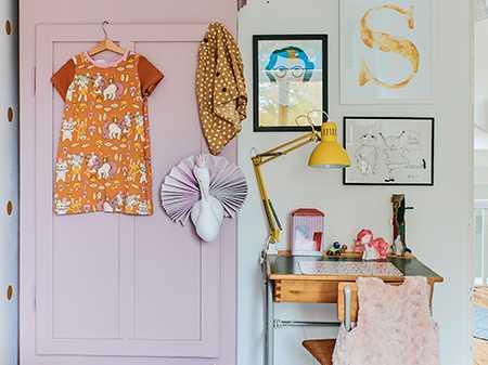 Siris rum går i gult och rosa. Det vackra skåpet är ett Blocketfynd som Lisa målat i kulören Cinder rose 246 från Farrow & Ball.