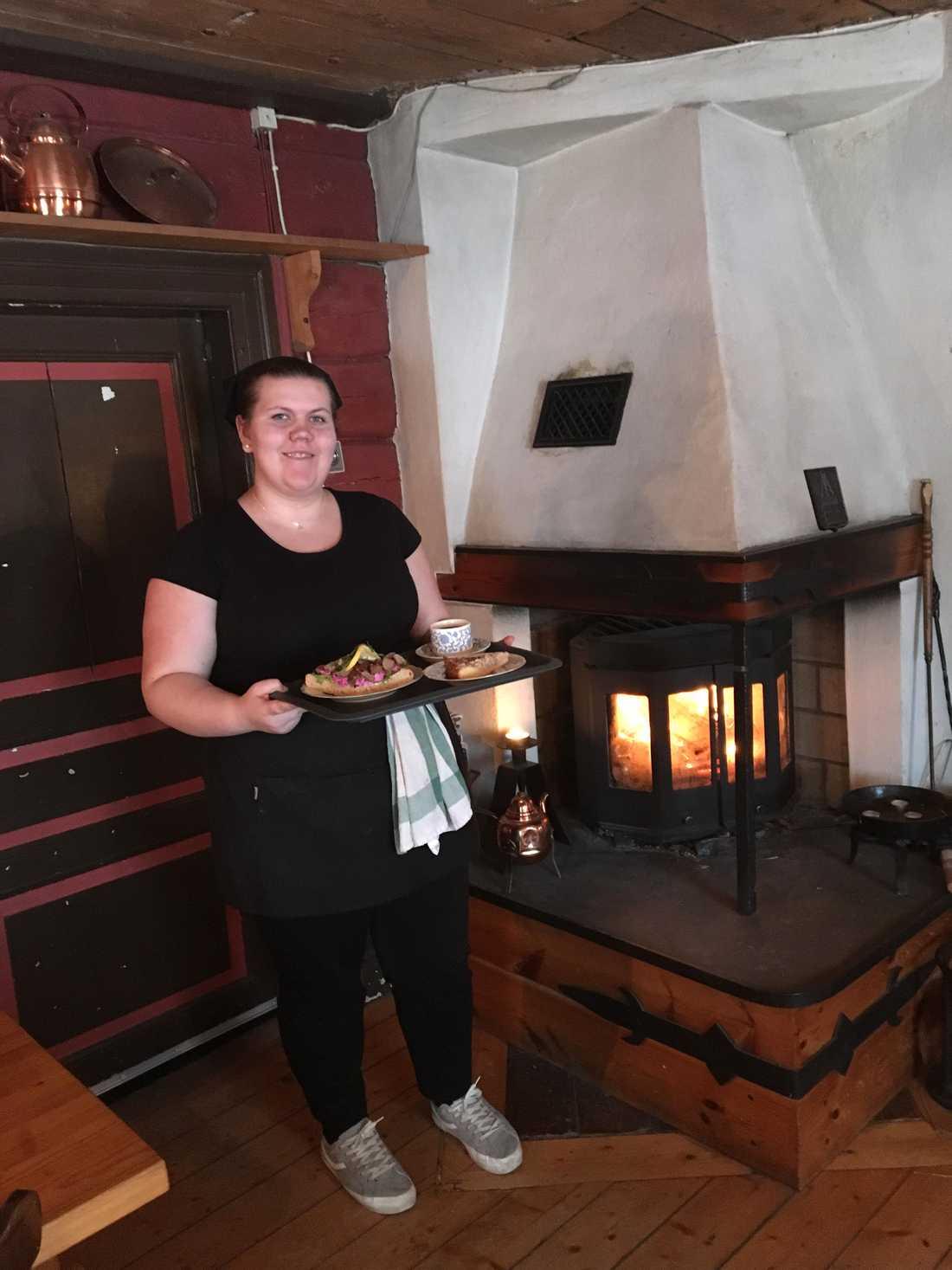 Fanny Eriksson serverar köttbullssmörgåsar, kaffe och nybakad toscakaka.