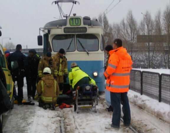 En person uppges ha halkat och på något sätt hamnat framför en spårvagn i Göteborg.