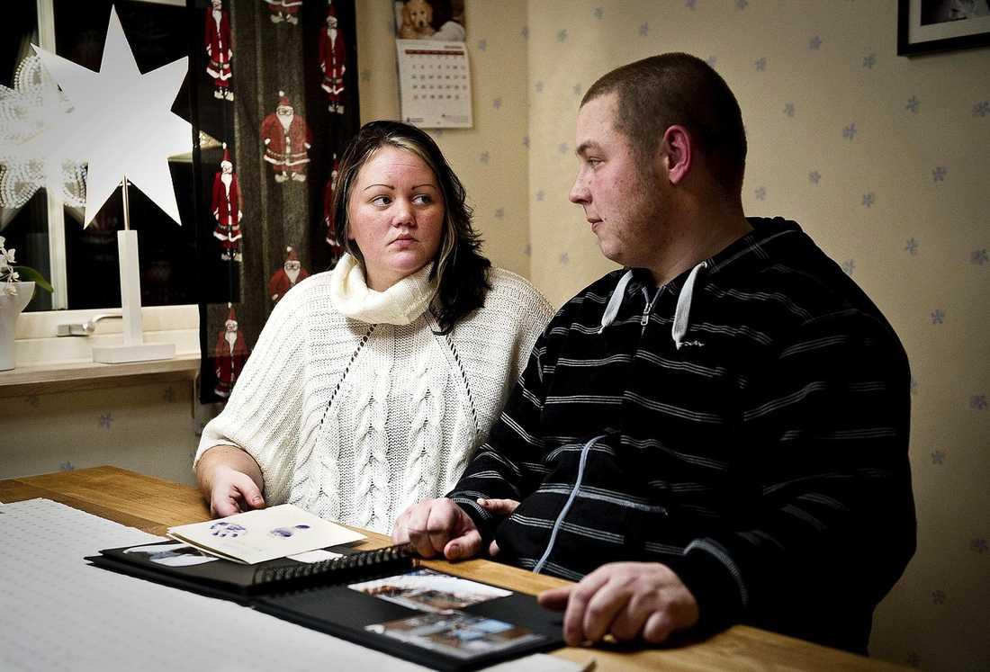 MISTE SIN DOTTER Johanna Svensson och Alfred Svärd förlorade sin dotter Hilda under förlossningen. Värkar, smärta och oro höll Johanna vaken under drygt 56 timmar. Trots att förlossningen blev utdragen och Johanna bad om snitt vägrade läkaren.