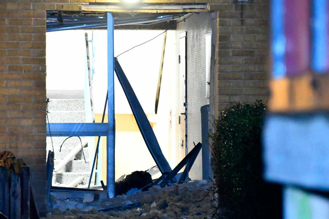 Under natten till lördag exploderade någonting utanför ett trapphus i Malmö. Det var den andra explosionen under samma kväll, och den tredje under lite mer än ett dygn.
