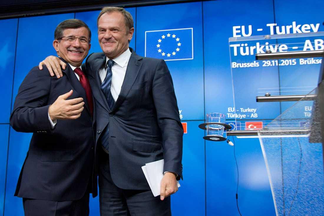 Turkiets premiärministern Ahmet Davutoglu och Europeiska rådets ordförande Donald Tusk med glada miner.