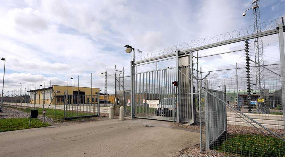 En intern på Kumlaanstalten har tvingats sitta isolerad i över ett halvår på grund av sina svåra allergier.