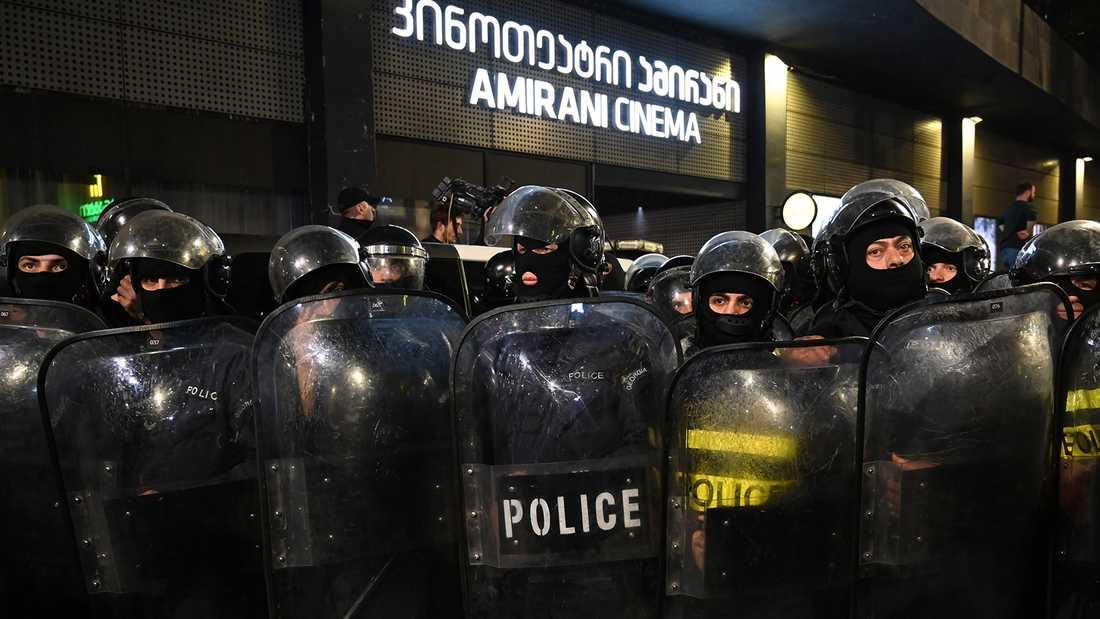 Georgisk polis skyddade dörrarna till Amirani-biografen i Tbilisi mot arga demonstranter.