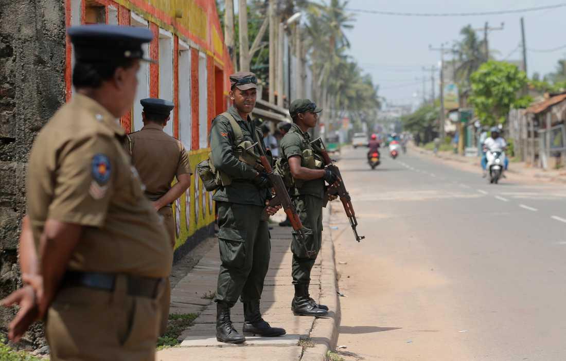 Det är spänt i Sri Lanka efter påskhelgens självmordsdåd. Lankesiska soldater patrullerar i ett muslimskt bostadsområde i en ort drygt tre mil norr om storstaden Colombo. Bild från den 6 maj.