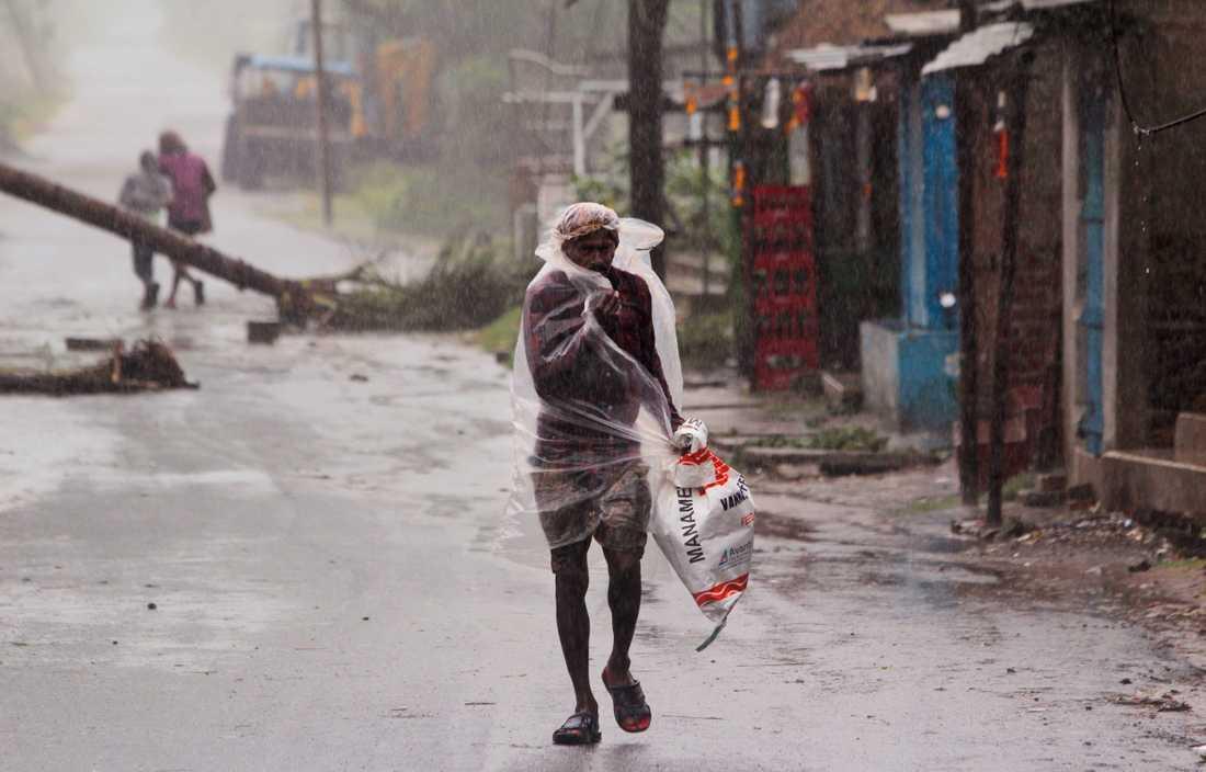 En man i den indiska delstaten Odisha när cyklonen Amphan dragit in över land på onsdagen.