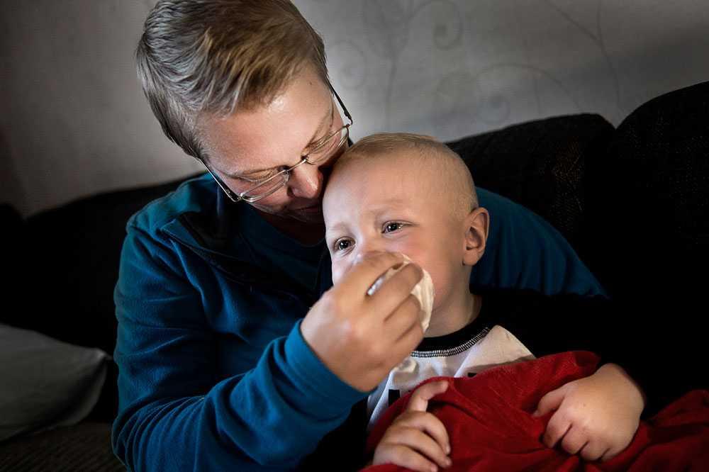 Levi Johansson är bara två år men börjar redan få rutin på höstförkylningarna. –Det är förkylt och snorigt, efter en vecka på förskolan, säger mamma Carola Johansson.
