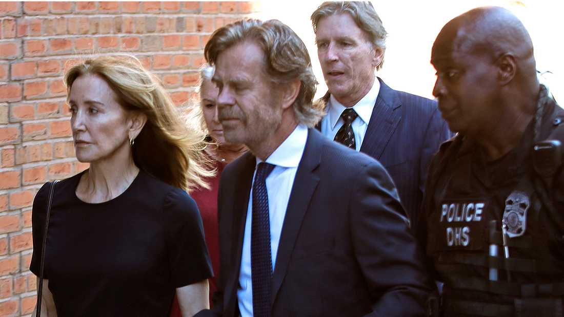 Felicity Huffman anländer till domstolen i Boston på fredagen med sin manhu William H Macy.