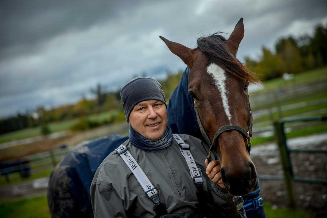 """Timo Nurmos öser lovord över sin superstjärna Villiam som tog hem kriteriet tidigare i år. """"Jorma sa att det är den bästa unghäst han kört. Han har precis allt och kan bli hur bra som helst. Toppstam, fin exteriör, otroligt bra hjärta och lungor och en väldigt effektiv gång"""", säger han."""