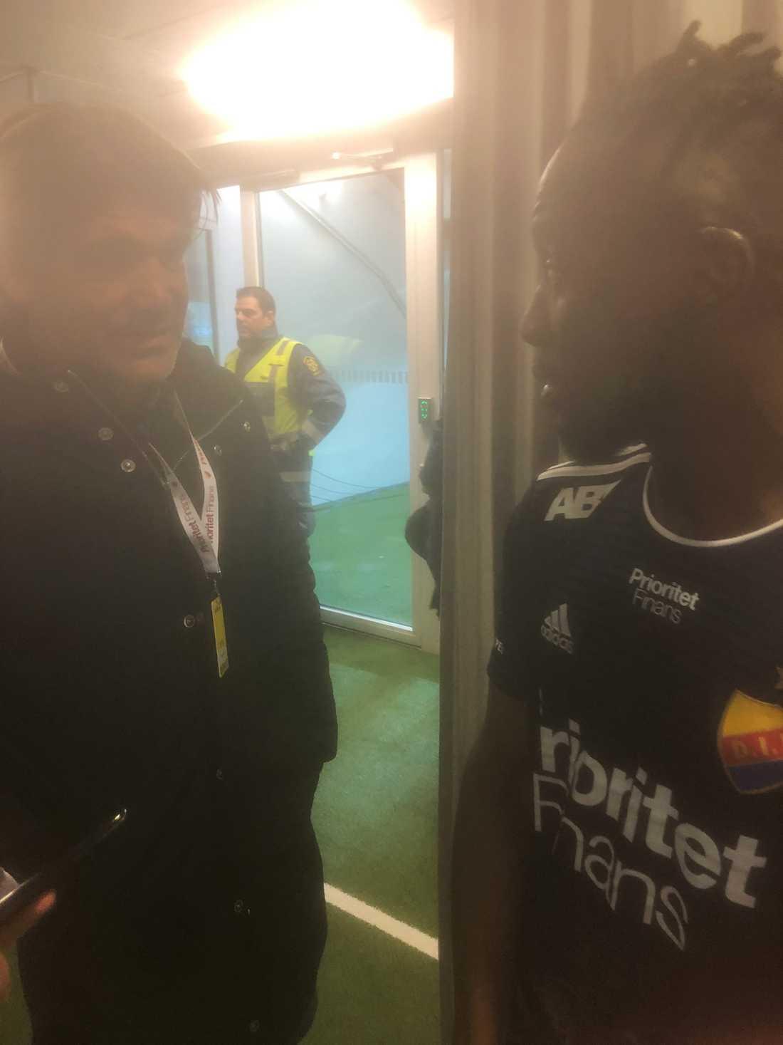 Bosse Andersson och Buya Turay i diskussion efter matchen.