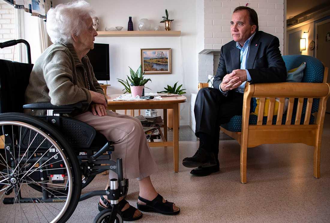 Maj-Britt Josefsson, boende får en pratstund med Stefan Löfven.