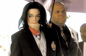 SAMMANBITEN Michael Jackson anlände till domstolen på rättegångens andra dag.