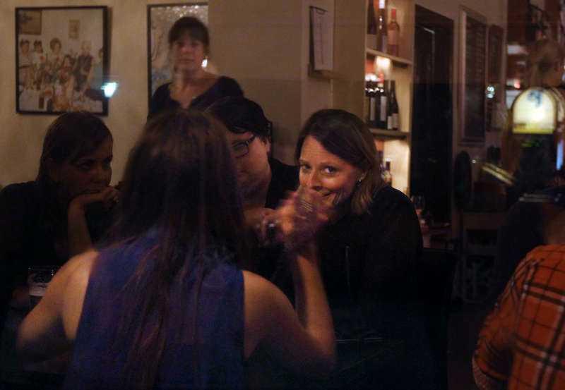 """SÅG UT ATT TRIVAS  Jodie Foster hade i går en helkväll på Stockholmskrogen Roxy. Hon började med att äta på uteserveringen och fortsatte sedan att umgås med kroggästerna i baren. """"Hon var väldigt social"""", säger ett ögonvittne."""
