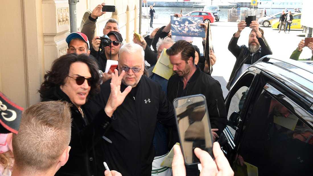 Kiss lämnar hotellet i centrala Stockholm.