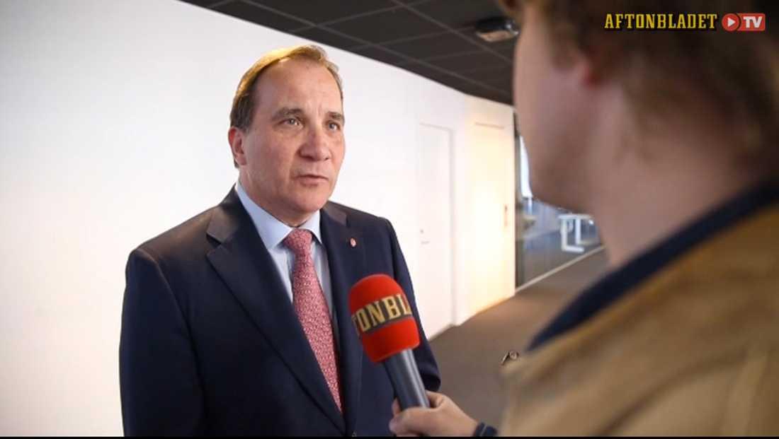 Stefan Löfven konfronteras av Aftonbladets reporter.