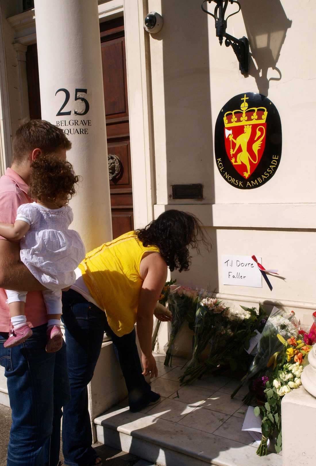 STORBRITANNIEN En familj lägger ner blommor utanför norska ambassaden i London.