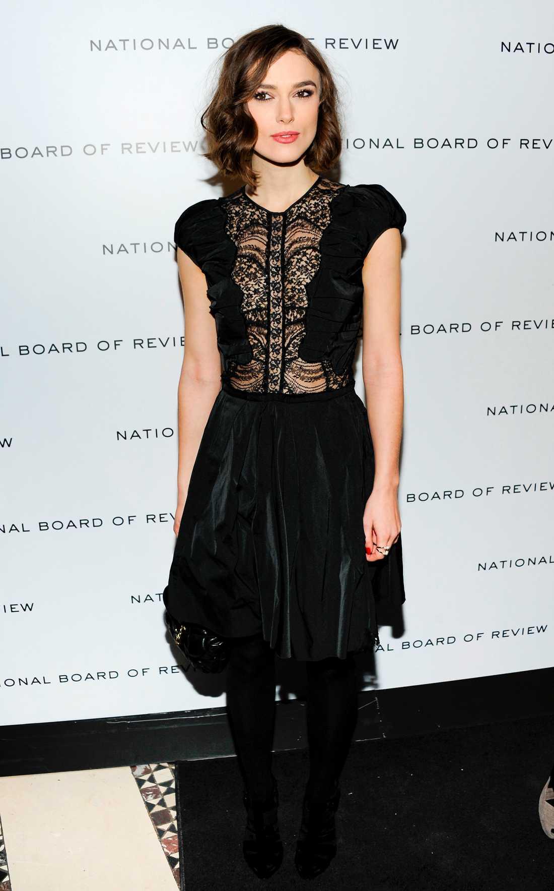Keira Knightley valde också den lilla svarta till galan. Nina Ricci har designat klänningen med spets framtill. Den svarta handväskan är Chanel.