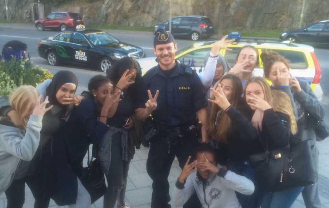 Tjejerna med en av poliserna.