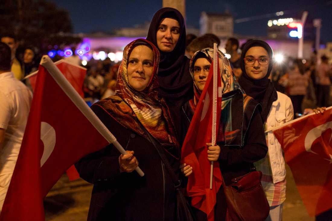 Gülizar och Beyaa Ekinci (längst fram) ställer sig bakom Erdogan och firar nu på gatorna.