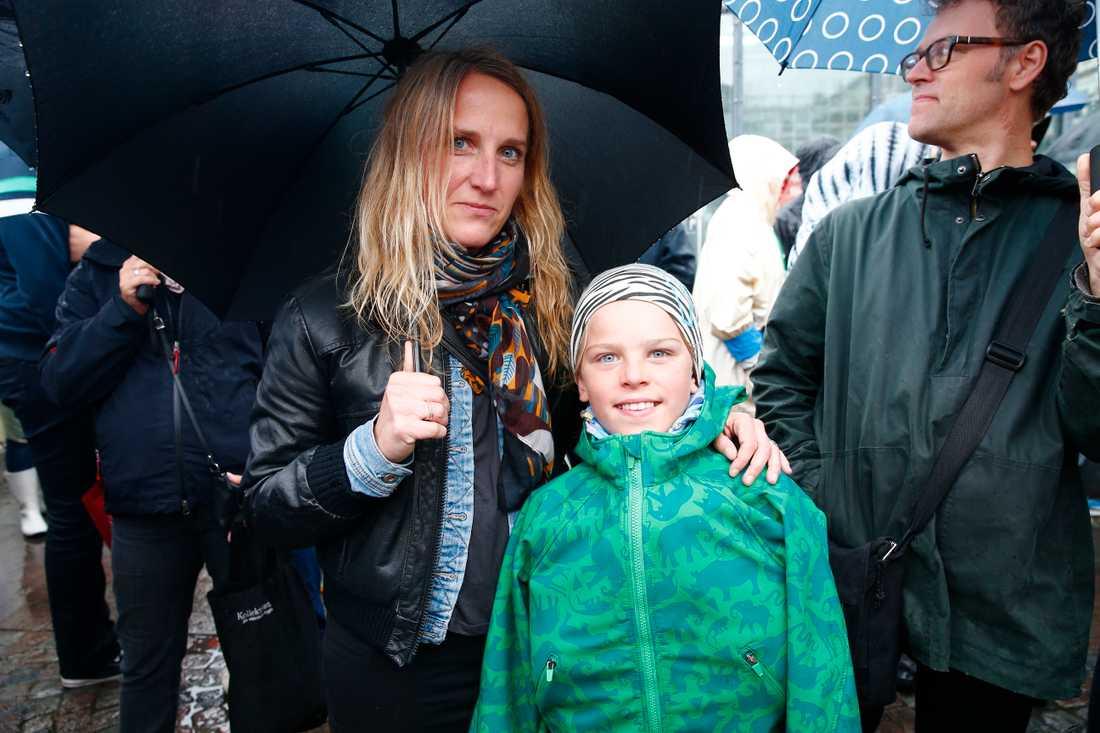 Frida Nilsson, 43, Årsta med Rufus Gunnarsson, 8. – Vi är här för att det är viktigt att visa motstånd mot de rasistiska strömningar som finns i samhället i dag. Folk dör, och det är en självklarhet att kräva mer humanitära insatser. De är människor precis som vi.