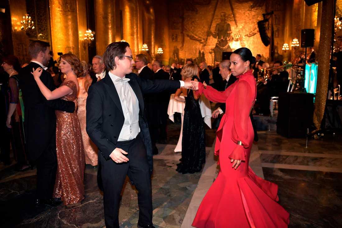 Aftonbladets Markus Larsson med och kulturminister Alice Bah Kuhnke på  Nobelfesten.