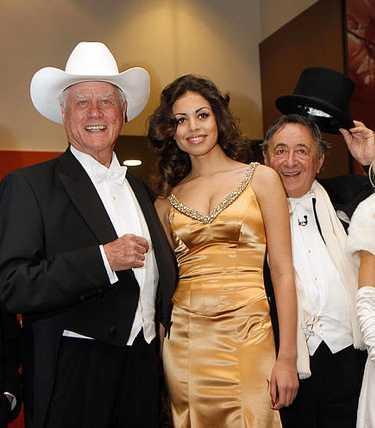 Larry Hagman tillsammans med Karima el-Mahroug och affärsmannen Richard Lugner på operan i Wien.