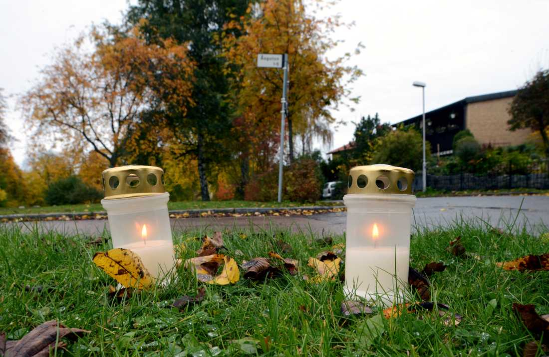 Två tända ljus på platsen för dubbelmordet på Åsgatan i centrala Linköping på åttaårsdagen för mordet. Arkivbild.