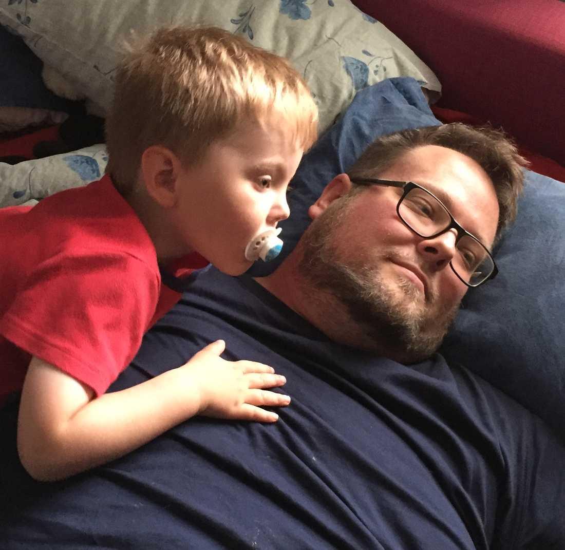 Fredrik med sin son Frank som han uppfostrar helt själv.