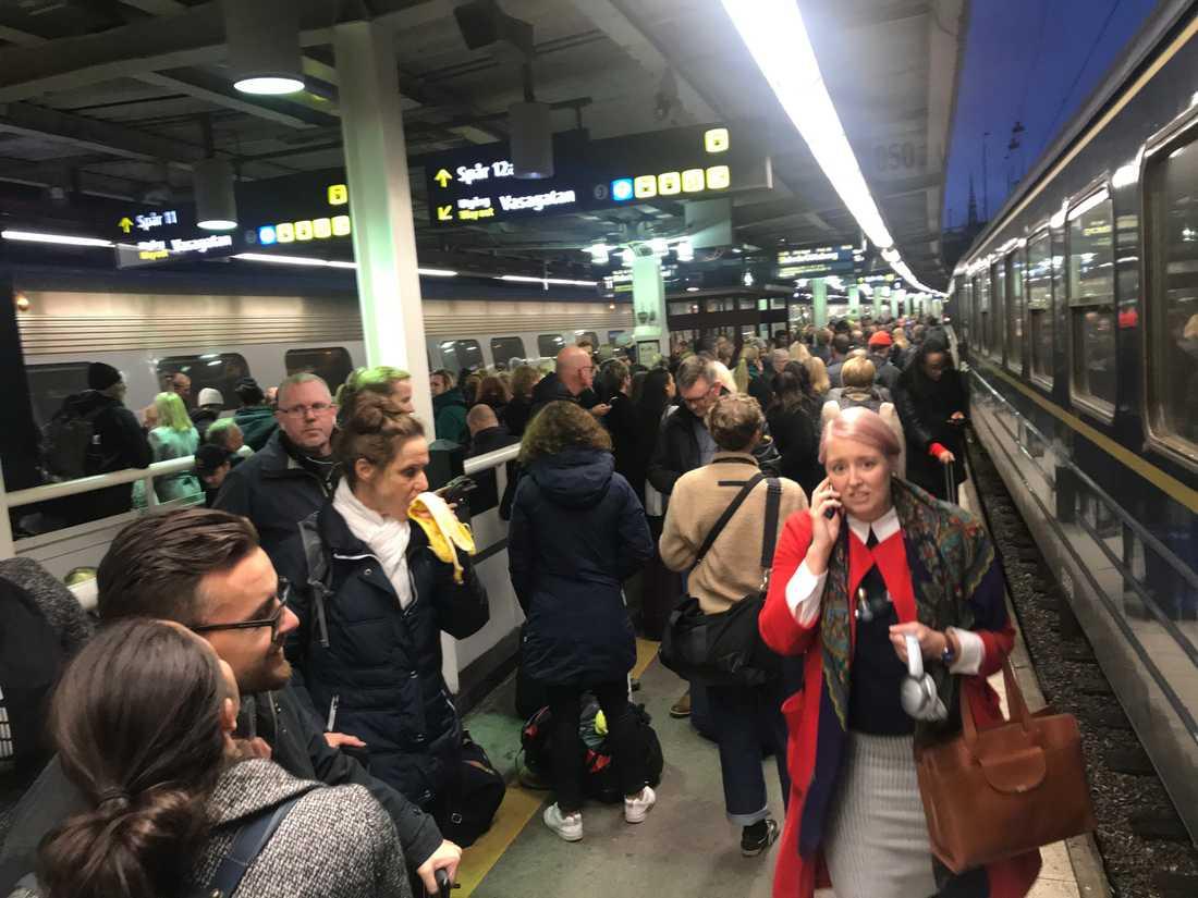 Tågkaos på Stockholms central på den tiden vi inte praktiserade social avhållsamhet.