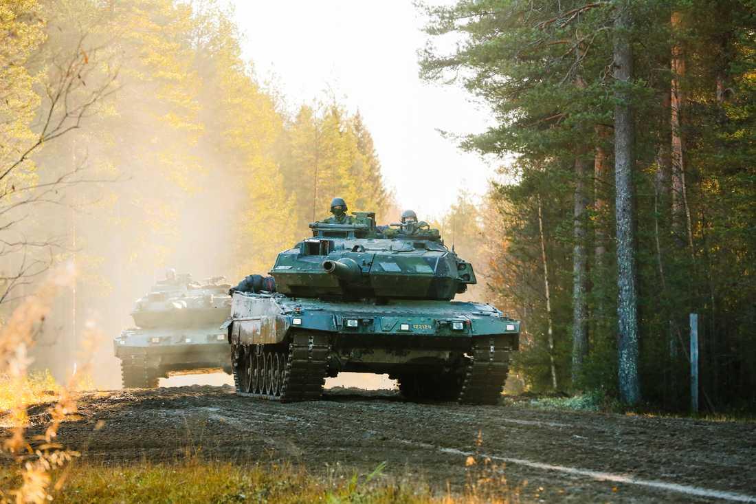 Svenska stridsvagnar av modell 122 (Leopard) under förberedelser på Norrbottens regemente I 19 i Boden inför Natoövningen.